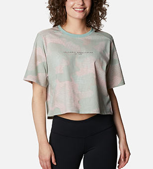 Woman in a cropped patterend t-shirt.