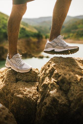 一个在小路上奔跑的脚的特写
