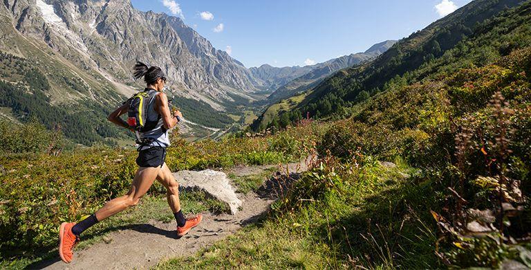 """坐落在法国夏蒙尼山谷风景如画的山中,""""超级山道""""(UTMB)是一场华丽的风景和野蛮的人类碰撞的活动。"""