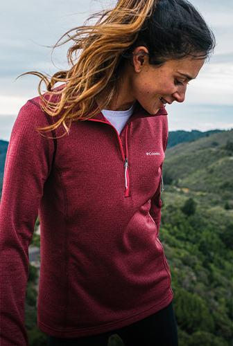 女子登山的酒红色羊毛。